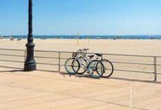 Bicicletas estacionadas na praia imagem de stock