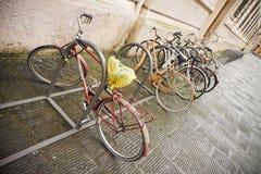 Bicicletas estacionadas na rua Fotos de Stock