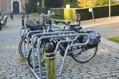 Bicicletas estacionadas na rua da manhã em Ghent, Bélgica Fotografia de Stock Royalty Free