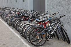 Bicicletas estacionadas na rua, Shanghai Fotografia de Stock Royalty Free