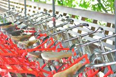 Bicicletas estacionadas no lugar público do passeio Imagens de Stock Royalty Free