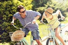 Bicicletas felizes da equitação dos pares Fotos de Stock Royalty Free