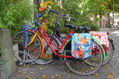 Bicicletas holandesas coloridas Foto de archivo libre de regalías