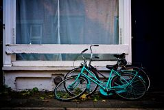 Bicicletas holandesas na cidade imagem de stock