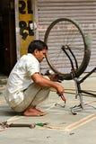 Bicicletas indianas do reparo da rua em Ahmedabad Fotografando o 25 de outubro de 2015 na Índia de Ahmedabad Imagem de Stock Royalty Free