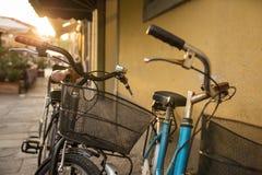 Bicicletas italianas con las cestas Fotografía de archivo