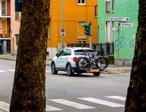 Bicicletas levando do carro de família para trás fotografia de stock