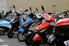 Bicicletas motorizadas estacionadas na aleia Fotos de Stock