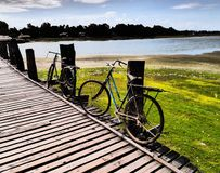 Bicicletas na ponte de Ubein fotos de stock