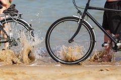 Bicicletas na praia fotografia de stock royalty free