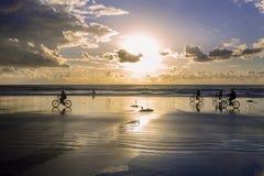 Bicicletas na praia Imagens de Stock