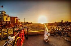 Bicicletas na praia de Newport no por do sol fotos de stock royalty free