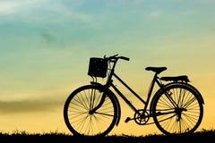 Bicicletas no por do sol, a beleza do céu no verão imagens de stock
