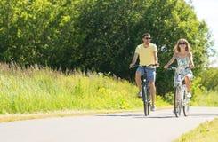 Bicicletas novas felizes da equita??o dos pares no ver?o fotos de stock royalty free