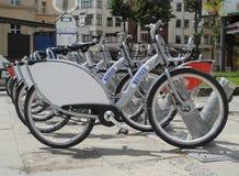 Bicicletas para el alquiler en la ciudad Fotografía de archivo libre de regalías