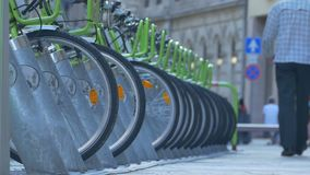 Bicicletas para el estacionamiento del alquiler almacen de metraje de vídeo