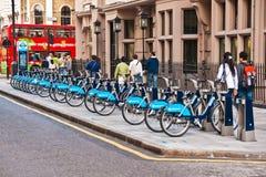 Bicicletas para o aluguel em Londres, Reino Unido fotografia de stock