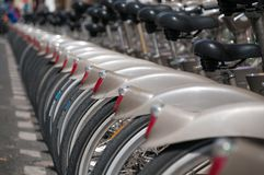 Bicicletas para o aluguel em ruas de Paris france imagens de stock