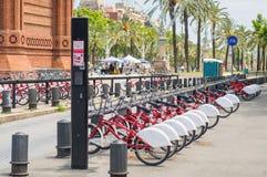 Bicicletas para o aluguel no estacionamento da bicicleta em Barcelona Fotografia de Stock