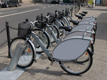 Bicicletas para o aluguer nas ruas Fotografia de Stock
