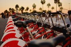 Bicicletas parqueadas en Barcelona para el alquiler imagen de archivo
