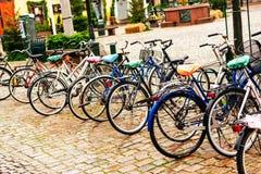 Bicicletas parqueadas en centro de ciudad en Malmö en Suecia Fotografía de archivo libre de regalías