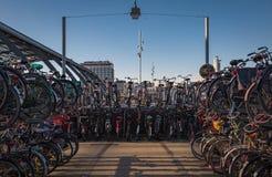 Bicicletas parqueadas en una nave Foto de archivo libre de regalías