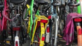Bicicletas parqueadas fuera de la estación de tren principal metrajes