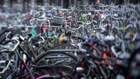 Bicicletas parqueadas fuera de la estación de tren principal almacen de video