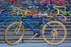 Bicicletas pintadas en pasos de progresión Fotos de archivo libres de regalías