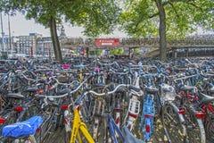 Bicicletas que estacionan en Amsterdam Imagen de archivo libre de regalías