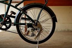 Bicicletas que montam na vila fotografia de stock