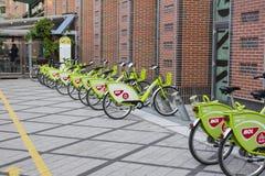 Bicicletas rentables verdes de MOL Bubi al lado del centro de ciudad de Westend, en calle del ci del ¡de VÃ fotografía de archivo
