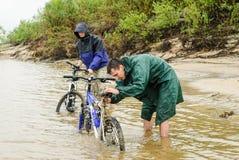 Bicicletas sucias del lavado de los turistas del ciclo de la suciedad Fotos de archivo