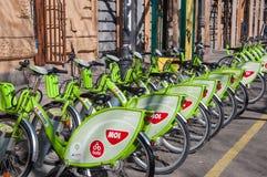 Bicicletas verdes em uma estação de ancoragem para o aluguer em Budapest Fotografia de Stock