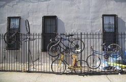 Bicicletas viejas parqueadas y cerradas para metal la puerta en Br Foto de archivo libre de regalías