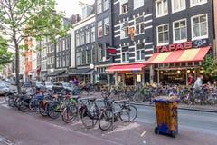 Bicicletas y cafeterías en el centro de Amsterdam Foto de archivo libre de regalías