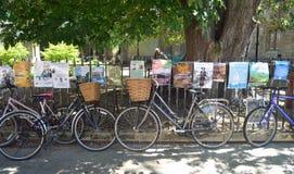 Bicicletas y carteles atados a las verjas Cambridge Fotografía de archivo