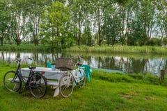 2 bicicletas y mesas de picnic Foto de archivo
