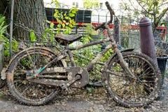 Bicicletta abbandonata sulle vie di Amsterdam Immagine Stock
