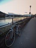 Bicicletta accanto al fiume a Heidelberg Germania fotografie stock