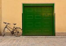 Bicicletta ad un garage Fotografia Stock Libera da Diritti