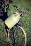 Bicicletta antica del pane con il vecchio recipiente di alluminio del latte Fotografie Stock