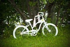 Bicicletta bianca in giardino Fotografia Stock Libera da Diritti