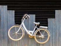 Bicicletta bianca sulla parete di legno fotografie stock libere da diritti