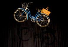 Bicicletta blu che scala allo sconosciuto Fotografia Stock Libera da Diritti