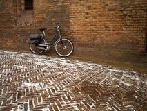 Bicicletta che si appoggia contro la parete Fotografie Stock Libere da Diritti