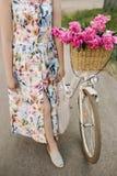 Bicicletta con i fiori nel canestro L'immagine è adatta ad uso come immagine di sfondo o come immagine emozionale ciò Immagini Stock