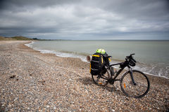 Bicicletta con i sacchetti. Immagine Stock