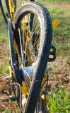Bicicletta con la ruota distrutta fotografie stock
